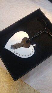 La chiave del Cuore ,collana realizzata in pietra acrilica  per lui e per lei