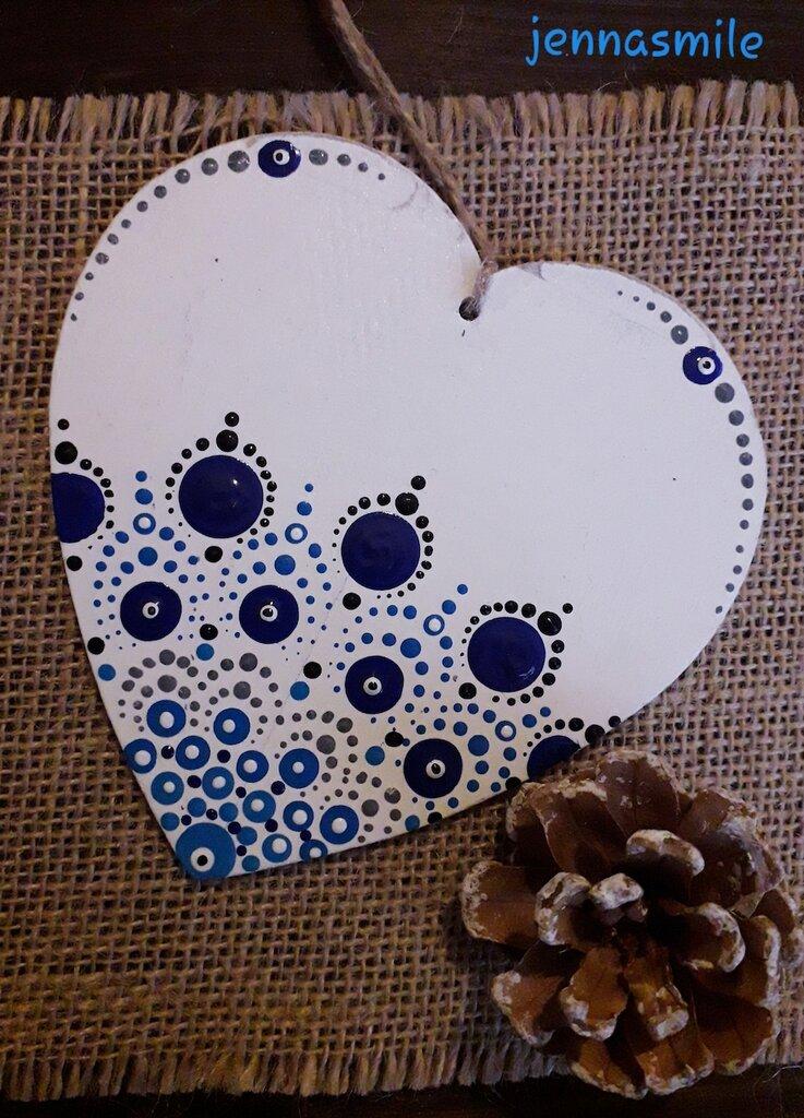 Cuore bianco con mandala blu