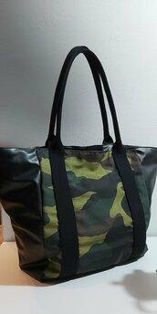 Borsa in ecopelle con inserto in tessuto camouflage