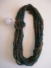 Collana lana verde sfumata con spilla