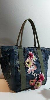 Borsa da spalla in jeans con fenicottero e fiori applicati
