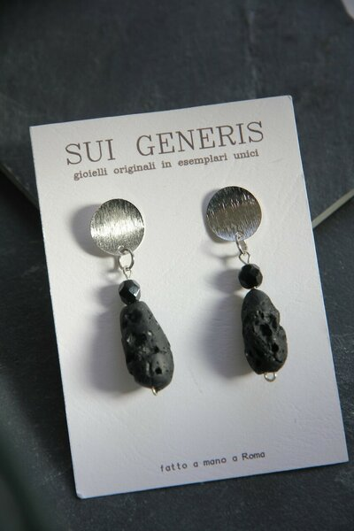 orecchini in fimo pendenti effetto lava con perla in vetro nero e acciaio spazzolato _064_