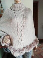 Poncho in lana con bordi effetto pelliccia