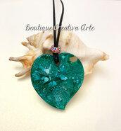 Collana grande cuore in resina verde con tecnica petri dish