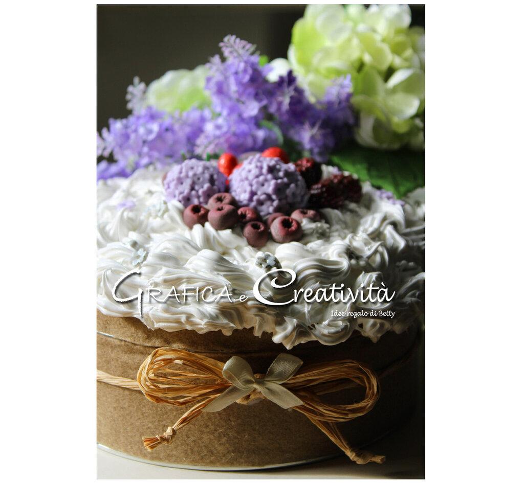 Scatola di latta decorata con panna e frutti di bosco