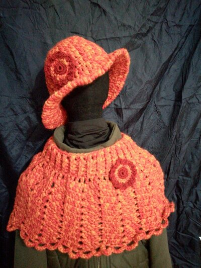 Mantellina coprispalle e cappello fatti a mano in lana rosso-arancio