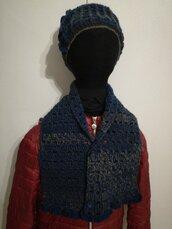 Sciarpa con bottoni e cappello fatti a mano in lana azzurro