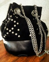 Secchiello in pelle nera scamosciata con borchie e catena