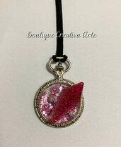 Collana in resina e glitter fucsia con cristallo in resina e charms