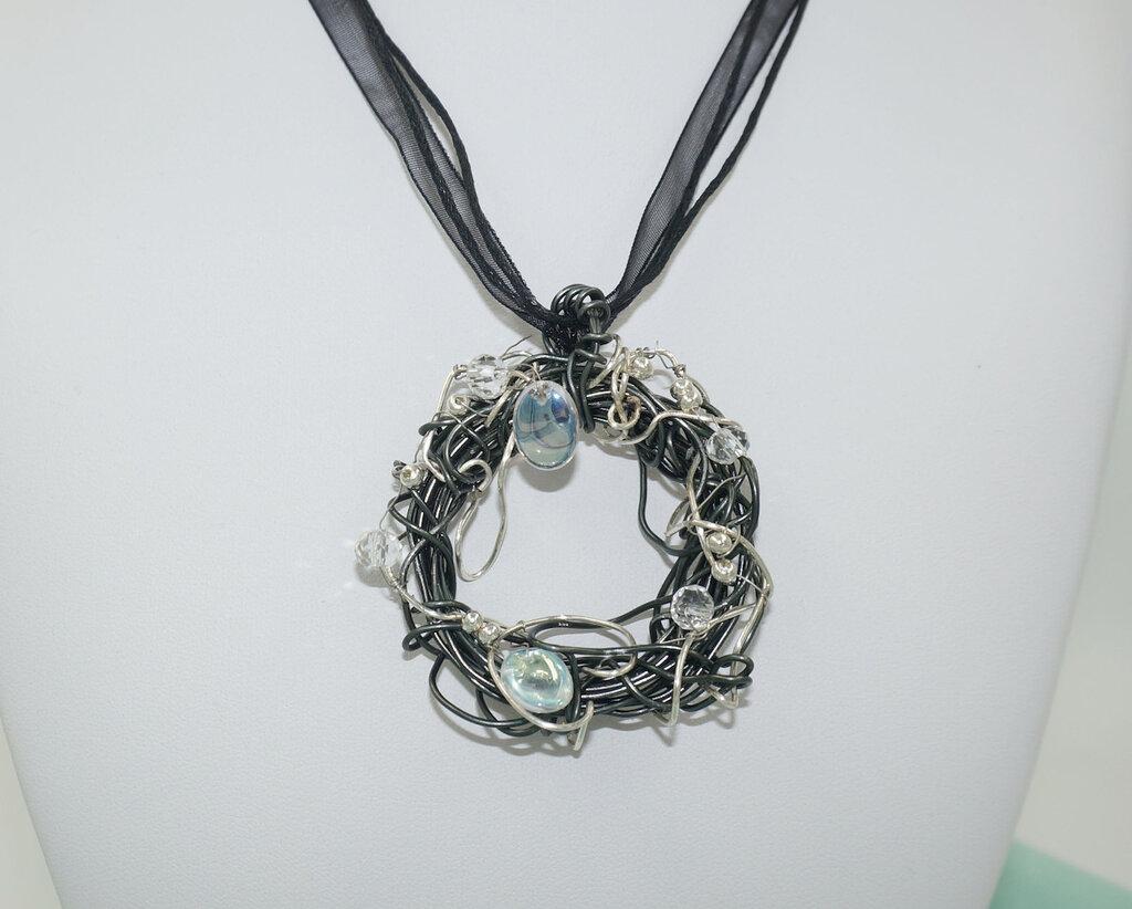 Collana  in filo di alluminio con ciondolo a corona e perline di Boemia