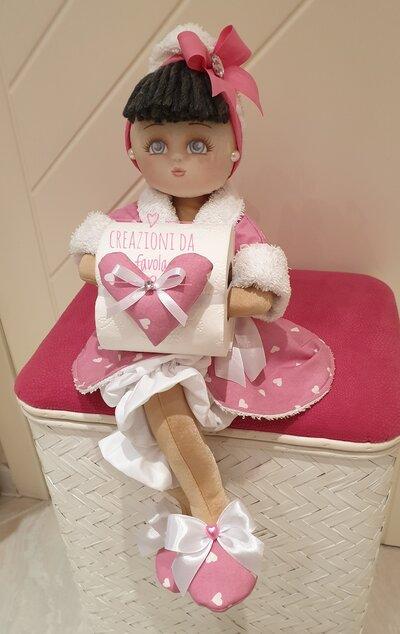Bambola portarotolo rosa