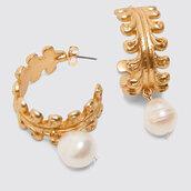 Orecchini a cerchio con perla bianca