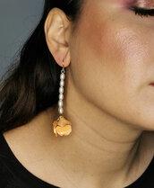 Orecchini pendenti a fiore con perle bianche