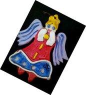 2 Angeli di ceramica, manufatto decorato identico dalle 2 parti, elementi in rilievo, dipinto con ingobbi vivaci