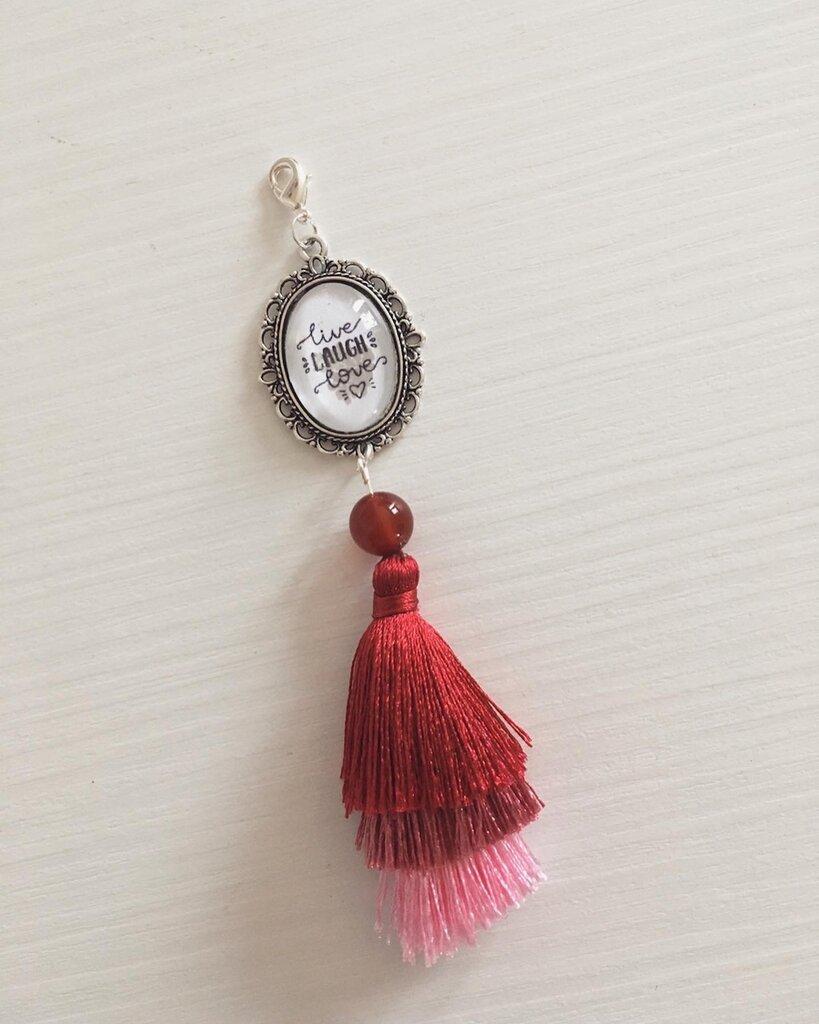 Portachiavi o ciondolo per borsa o zaino, con castone personalizzato con frase e nappina rossa