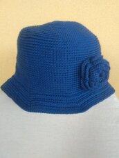 Cappello donna in lana all'uncinetto modello cloche