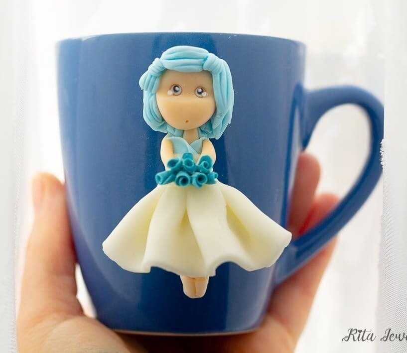 Tazza mug, Tazze con Dolline in fimo, Tazze con personaggio in fimo, tazze in fimo,  bamboline in fimo, polymerclay, collane doll fimo,