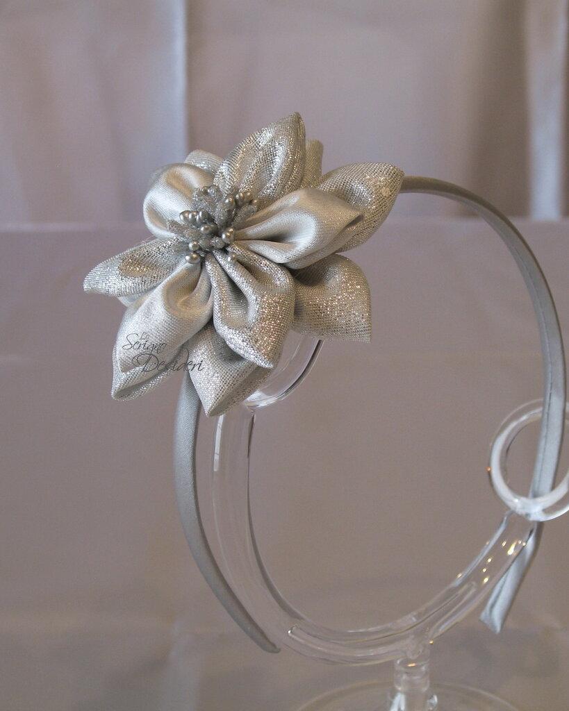 Cerchietto in raso con fiore color argento