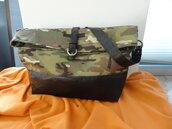 Borsa in tessuto camouflage e vera pelle