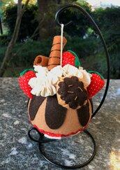 Pallina per albero, decorata con fragole e panna di feltro