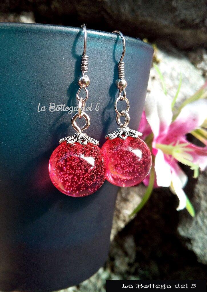 Orecchini con sfera in resina rosa scuro