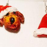 Orecchini in fimo con un cane e un cappello di  Babbo Natale