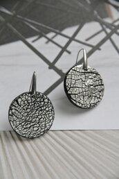 orecchini crackled nero e argento in fimo e foglia d'argento tondi _068_