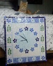 Orologio da parete in mosaico nei toni dell'azzurro con fiori e foglie