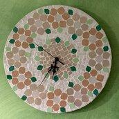Orologio da parete in mosaico di vetro colorato con fiori e foglie