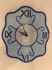 Orologio da parete decorato con mosaico in vetro azzurro