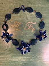 Collana girocollo con pietre dure e fiori nei toni del blu