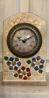 Orologio da tavolo decorato con mosaico colorato con fiori