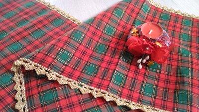 runner di natale tessuto rosso tartan scozzese e uncinetto oro