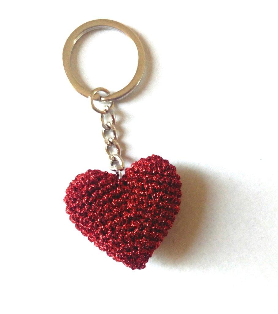 Portachiavi a forma di cuore ad uncinetto