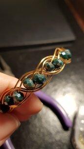 Bracciale doppio intreccio con filo di rame dorato e mezzi cristalli verdi