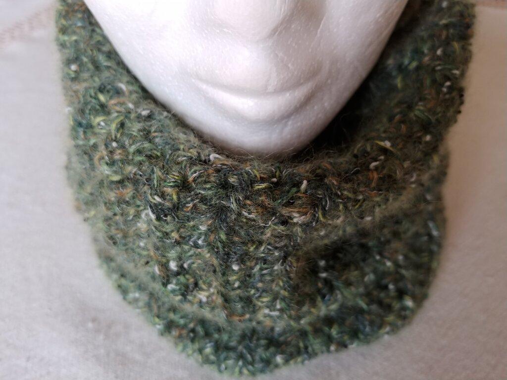 Scaldacollo realizzato a uncinetto in pura lana color verde militare con piccole striature color gialloe bianco