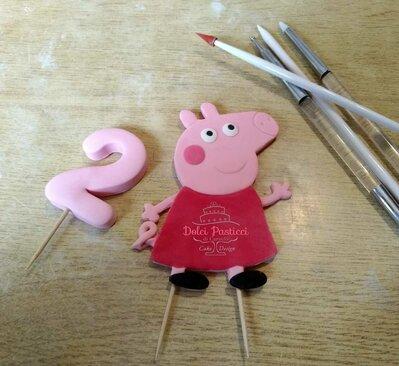 Topper Peppa 2d, simpatica maialina del cartone animato.