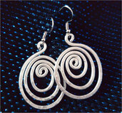 Orecchini wire ovali a spirale in alluminio