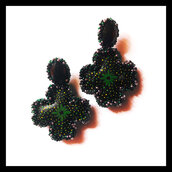 Orecchini a forma di fiore neri e verdi