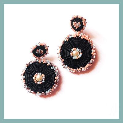 Orecchini pendenti neri, rosa e verde tiffany