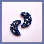 Orecchini da lobo a forma di luna ricoperti di micro perline blu e azzurre