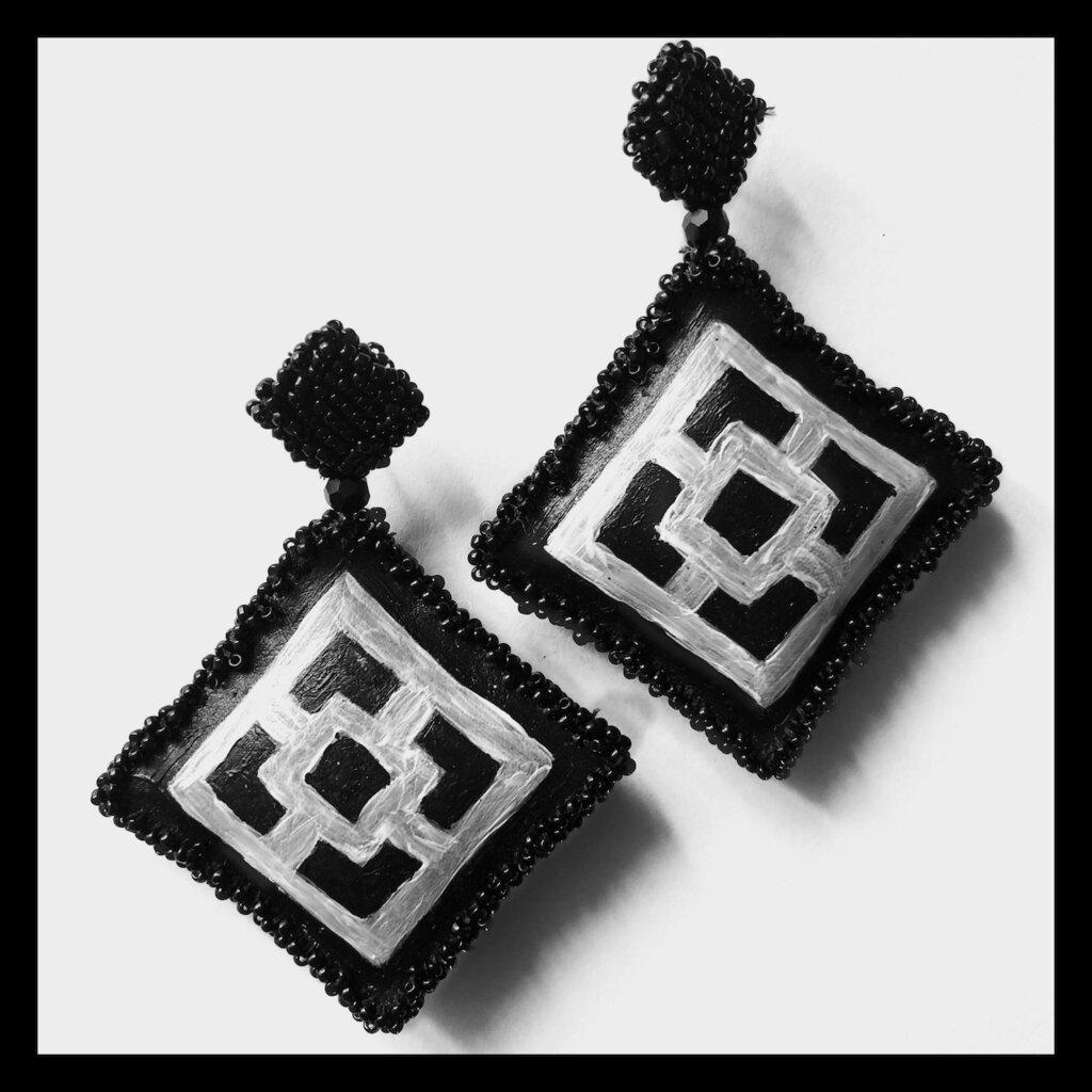 Orecchini pendenti neri e bianchi dipinti a mano