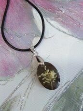 Collana corta con ciondolo resina fiori bianchi fiori di campo ciondolo fatto a mano in resina