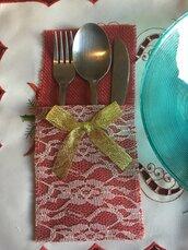 Portaposate di tela di iuta rossa con pizzo  di colore avorio e fiocco  di colore oro.