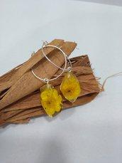 Orecchini cerchio fatti a mano ciondolo fiori veri fiori gialli resina pendenti donna fiori
