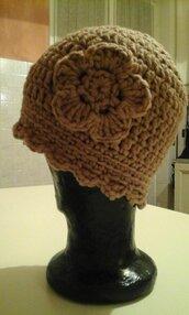 Cappello color nocciola all'uncinetto con fiore