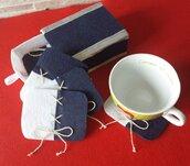 Sottobicchieri blu e bianchi in feltro fatti a mano.