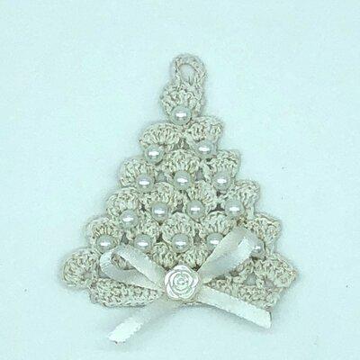 Albero di Natale bianco fatto a mano all'uncinetto con perle