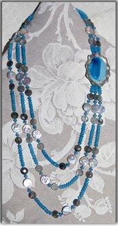 Collana a tre fili in quarzo azzurro, quarzo grigio, perle a bottone e centrale cabochon agata striata con montatura eseguita a mano in ag925.