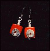 Orecchini wire in alluminio con perla rossa quadrata